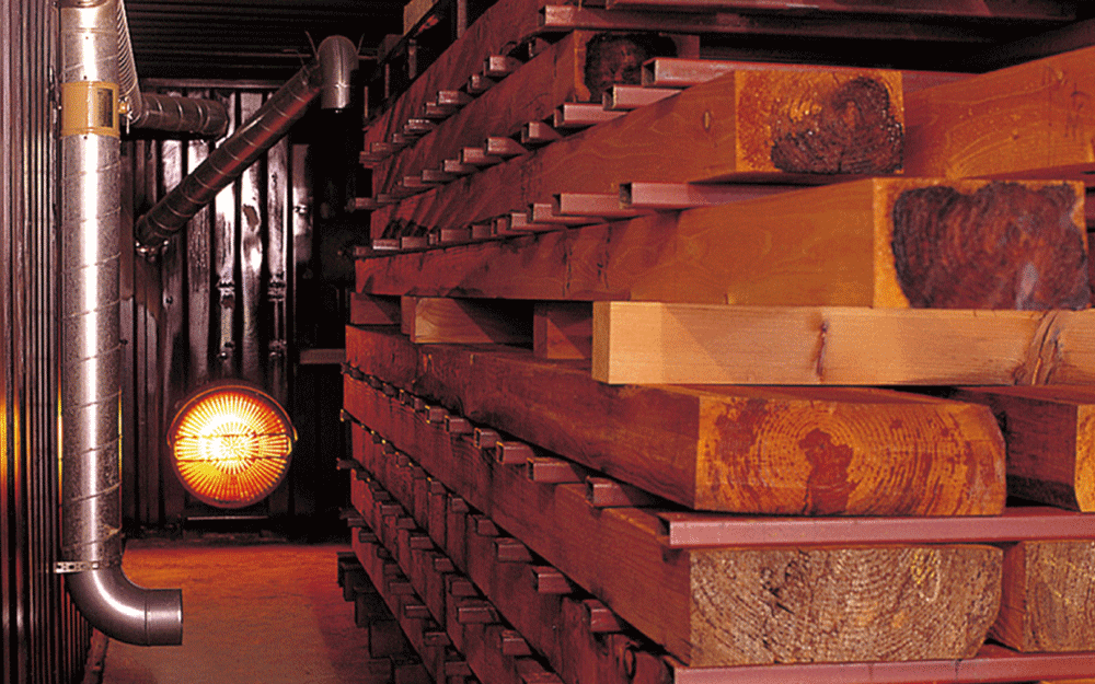 木材の水分を乾燥室で蒸発させます。