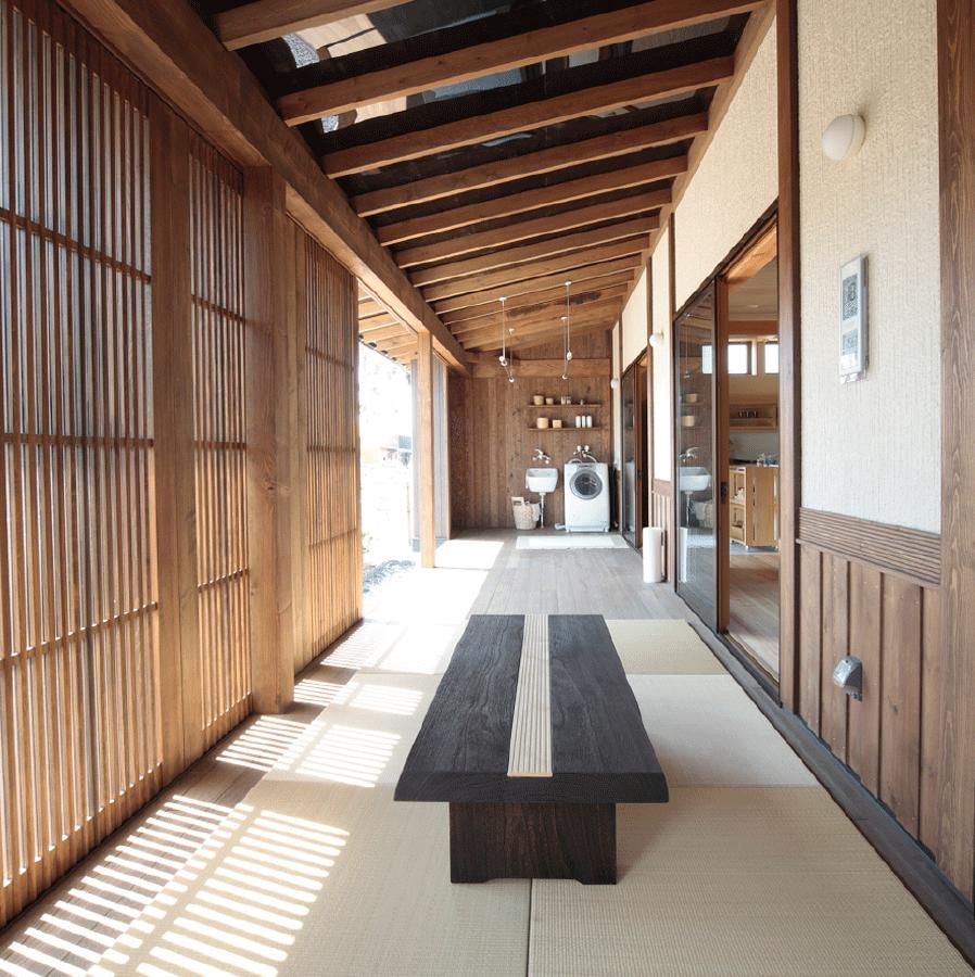 郷の家には、デッキや階段の踊り場など、心地いいゆとりの空間があります。